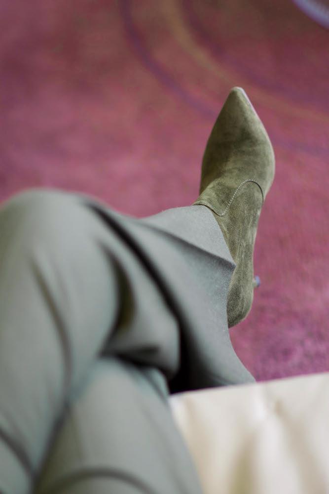 grüne Hose und Schuhe