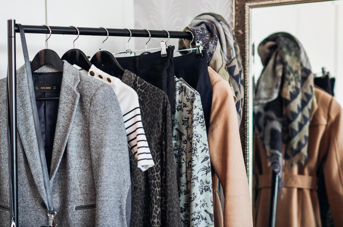 Jacken und Shirts am Kleiderständer