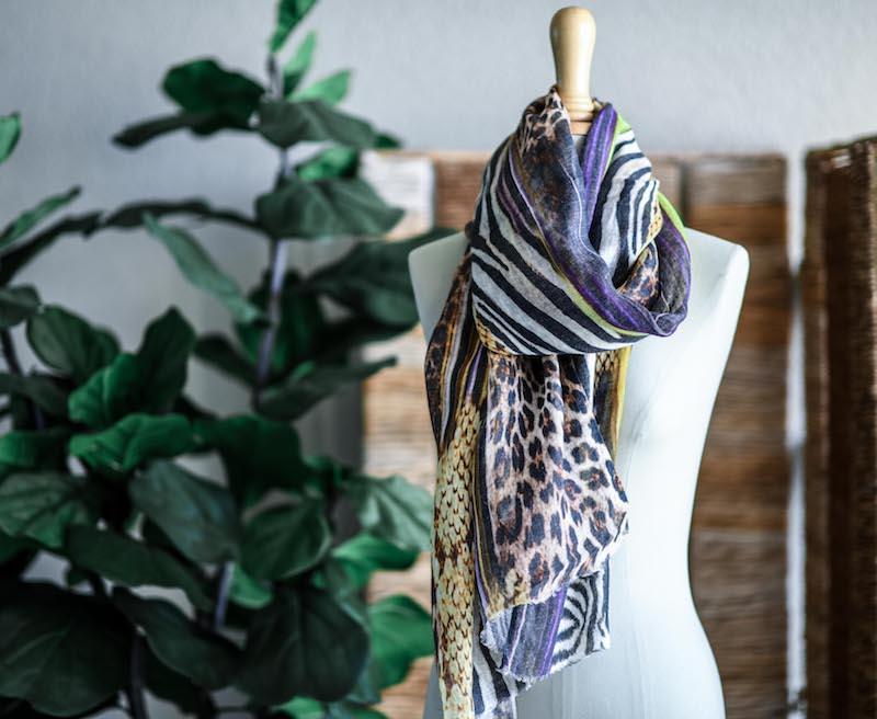 Schal mit Leopardendruck auf einer Büste