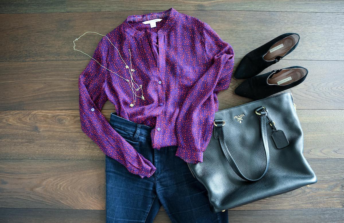 Bluse mit Jeans und Accessoires