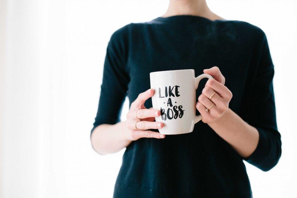 Frau schlichtes Outfit mit Kaffee