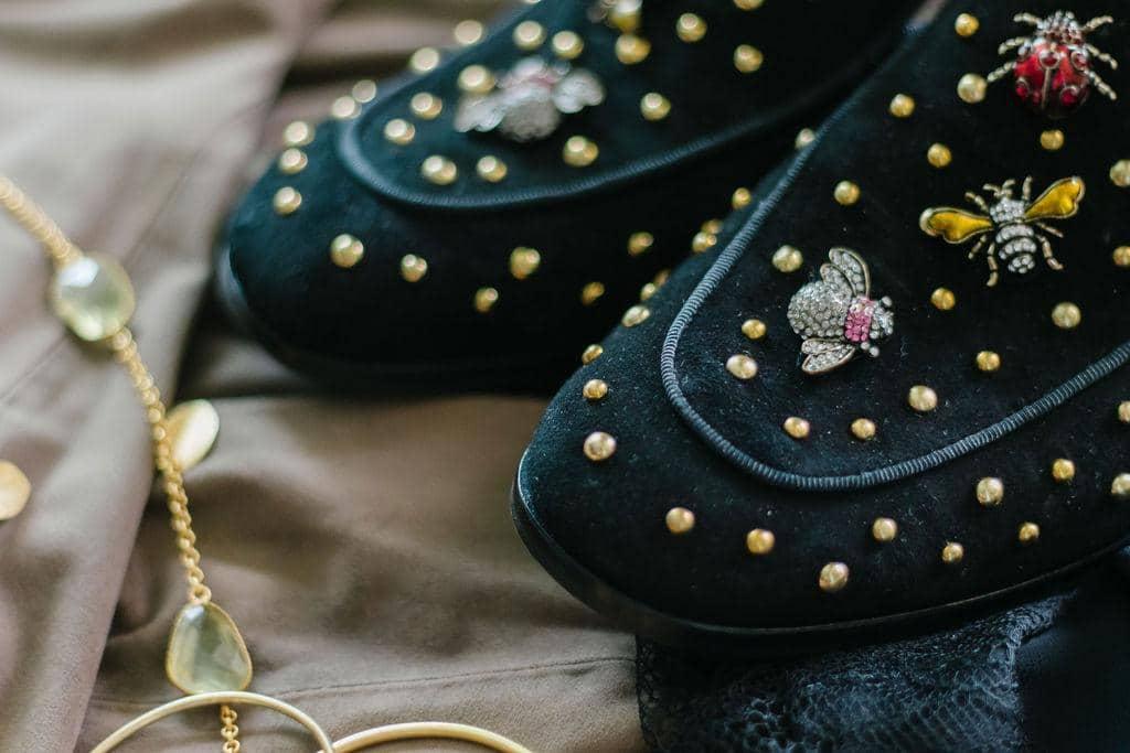 Schuh mit glitzernder Dekoration